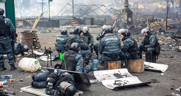 Сотрудники правоохранительных органов на площади Независимости в Киеве, где происходят столкновения митингующих и сотрудников милиции