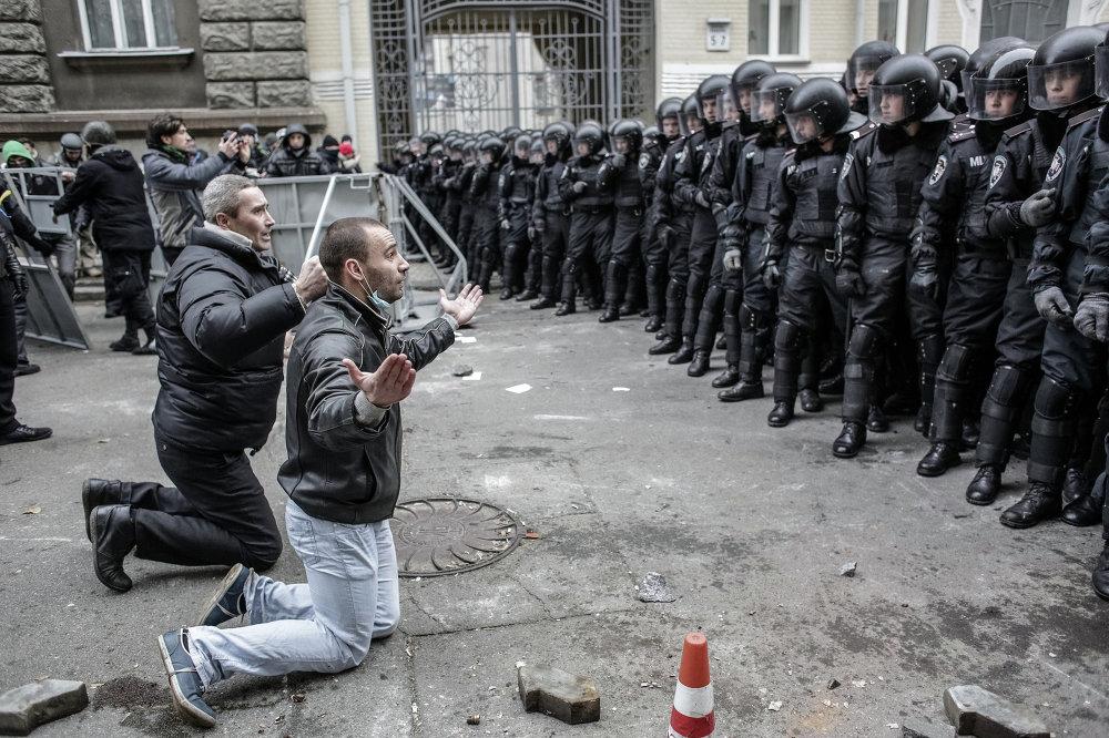 Столкновения сторонников евроинтеграции Украины с бойцами сил правопорядка во время беспорядков возле здания Администрации президента Украины на Банковой улице в Киеве