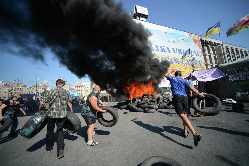 Митингующие жгут покрышки на площади Независимости в Киеве. 07 августа 2014