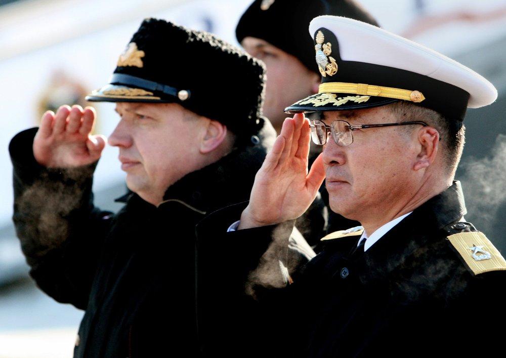 El contralmirante Vladímir Dmitriev, subjefe de la flotilla de Primorie y el Jefe de destacamento de la Armada de la República de Corea, contralmirante Chon Dzhon Su durante la ceremonia solemne del encuentro
