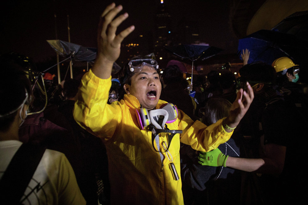 Активисты, выступающие за демократию возле здания Законодательного совета Гонконга