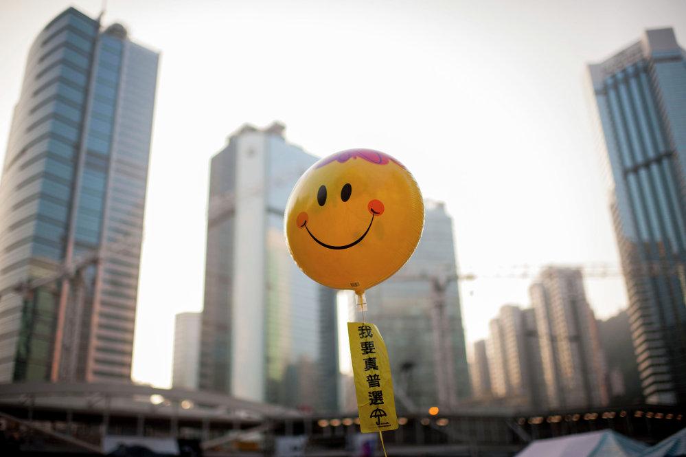 Воздушный шар со словами: Мы хотим демократических выборов в палаточном лагере протестующих в Гонконге