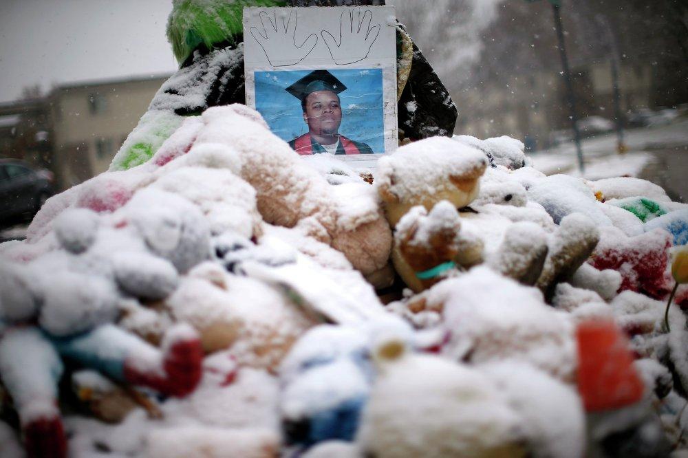 Снег лежит на игрушках у места памяти Майкла Брауна, 100 день со дня убийства