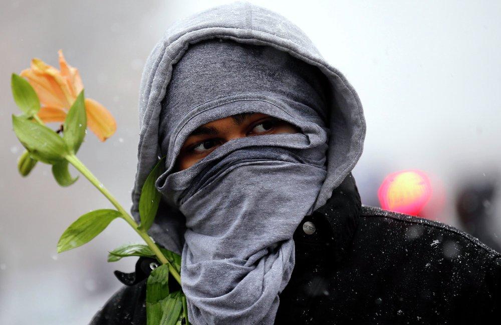 Человек принимает участие в акции протеста, посвященной 100-й день с момента съемки смерти Майкла Брауна в Сент-Луисе
