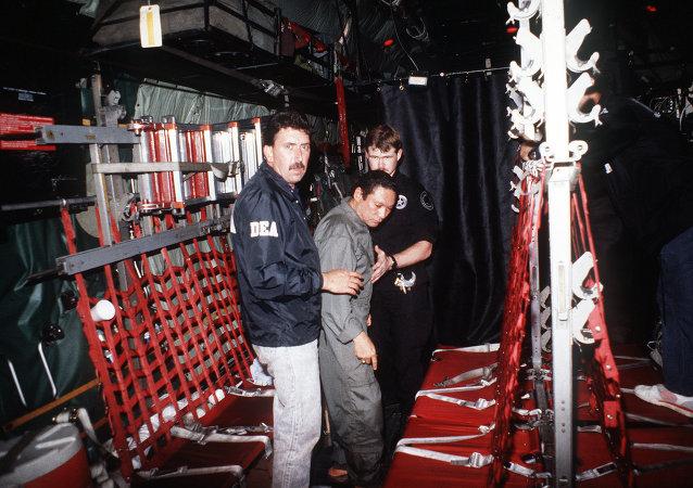 Панамский диктатор Мануэль Норьега во время задержания агентами из Управления по борьбе с наркотиками, 1990