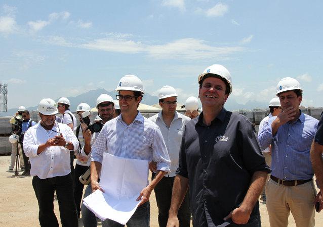 El alcalde de Río de Janeiro, Eduardo Paes, bromea con los ingenieros en el Parque Olímpico de Rio 2016