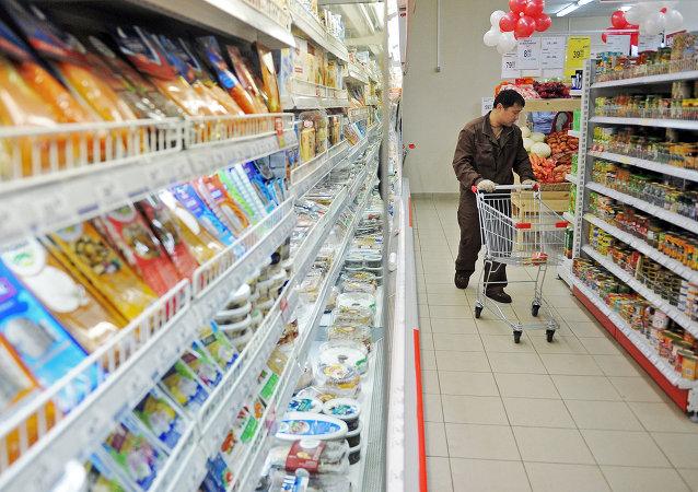 Мужчина выбирает продукты в магазине