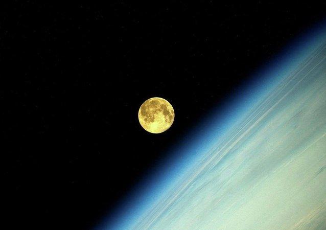 La Luna (la foto hecha desde la Estación Espacial Internacional por el cosmonauta ruso, Oleg Artemiev)Фотография Луны во время суперлуния, сделанная космонавтом Олегом Артемьевым с МКС