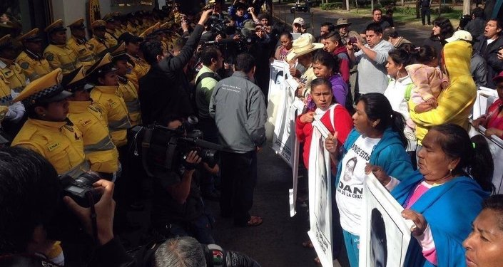 Родители пропавших мексиканских студентов протестуют против немецкого оружия для полиции