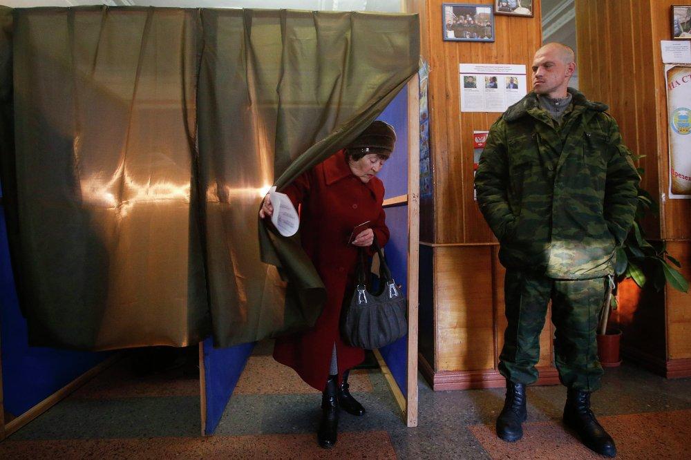 Жительница Донецка голосует на выборах главы ДНР и депутатов Народного Совета республики на избирательном участке