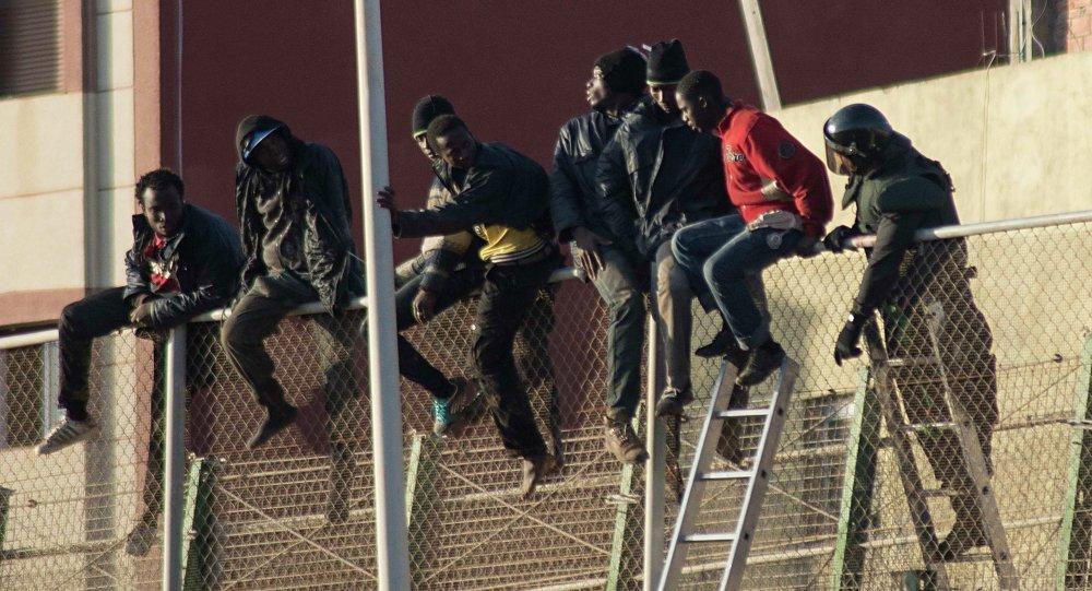 Más de 60 migrantes saltan la valla de Ceuta, España