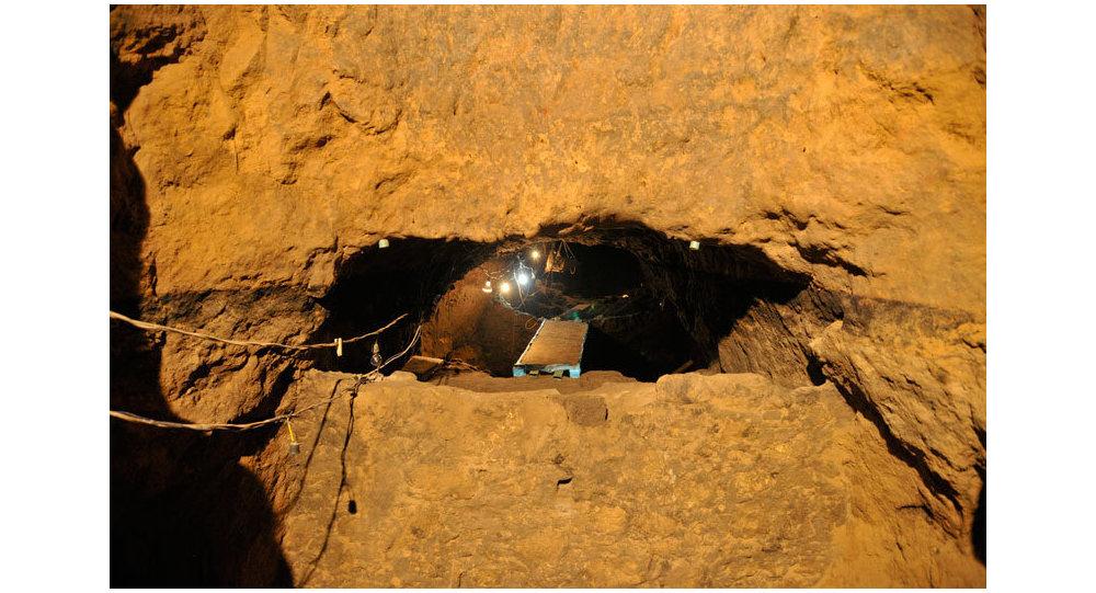 Вход в последнюю часть тоннеля Quetzalcóatl в Мексике