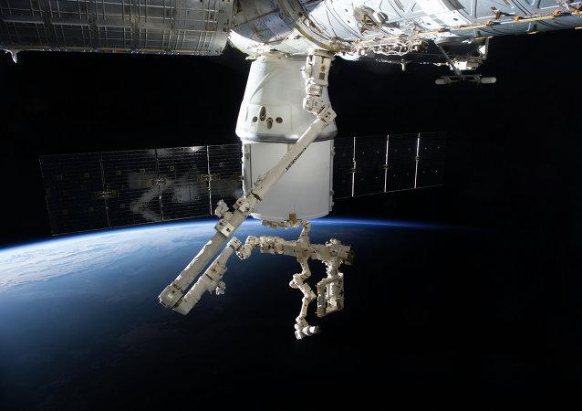 La nave Dragon de SpaceX atracado a la ISS