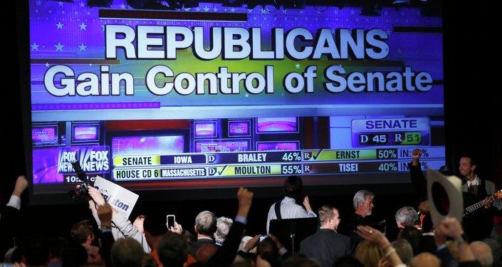 Табло с результатами голосования на выборах в Сенат США в Денвере, штат Колорадо. 4 ноября 2014 года