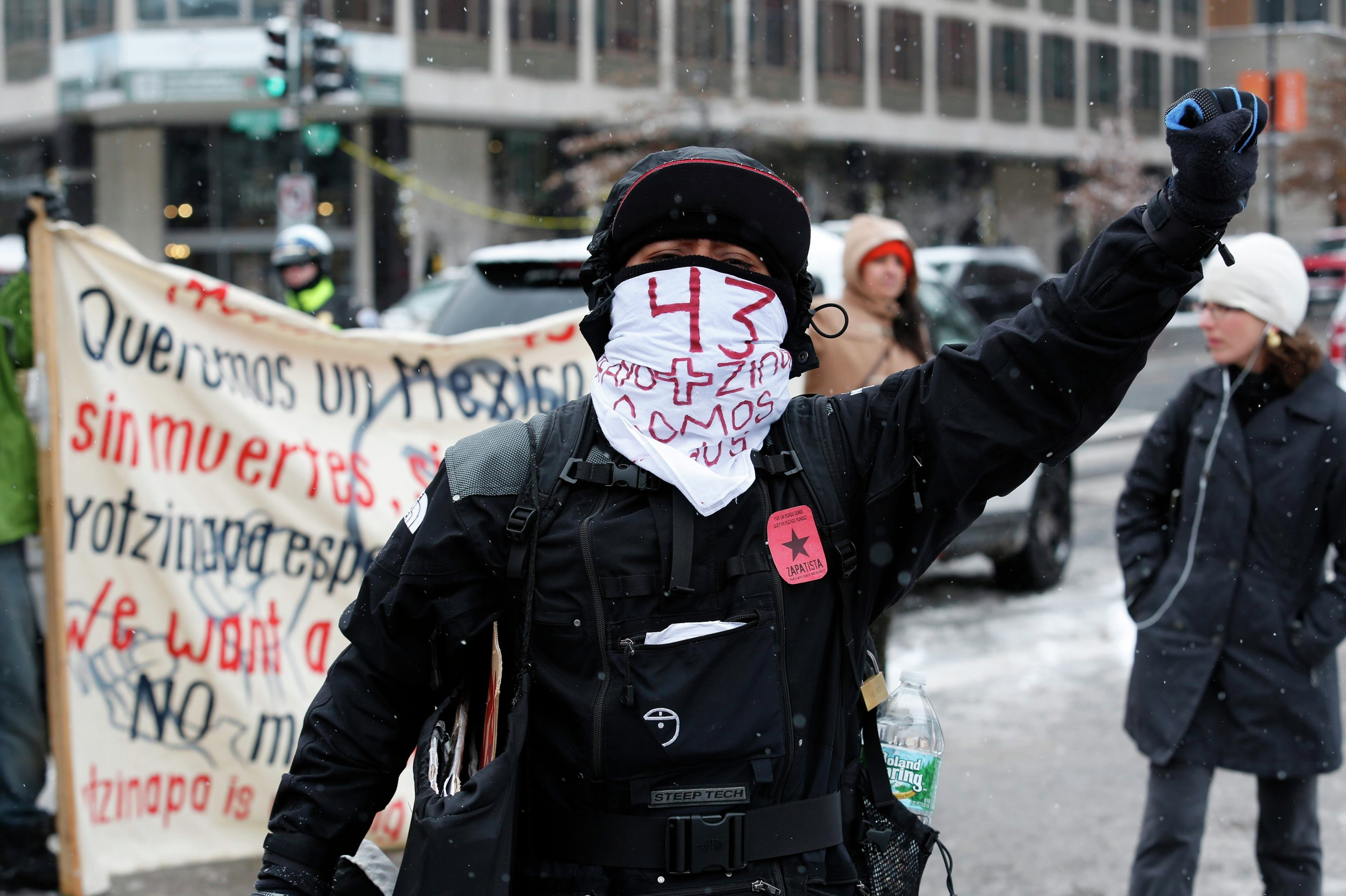 Демонстранты на Пенсильванском авеню перед визитом в Белый Дом президента Мексики Экрике Пенья, 6 января 2015 года