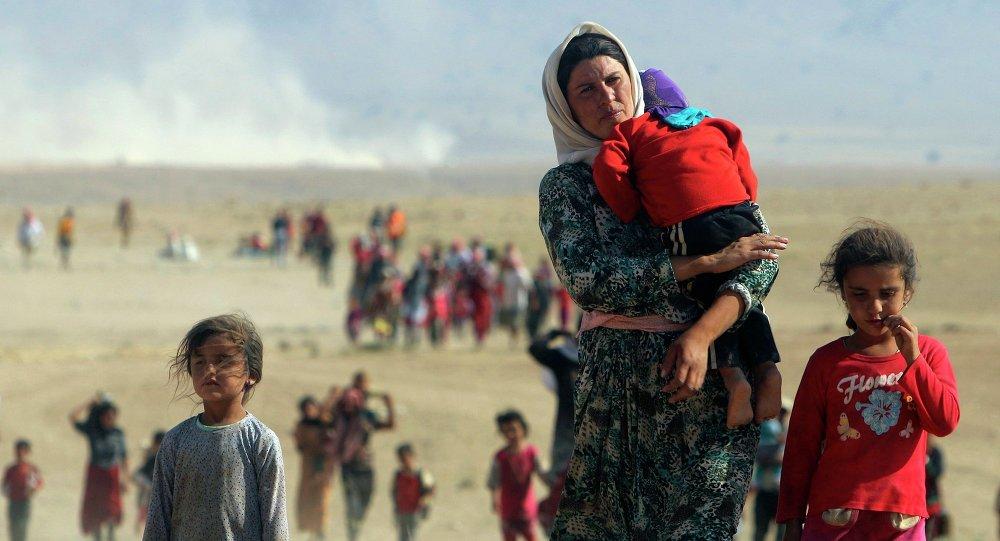 Иракские женщины с детьми бегут из занятых Исламским государством города Синджар