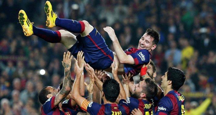 Лионель Месси празднует гол во время игры с Севильей в рамках матча первого испанского дивизиона 22 ноября 2014