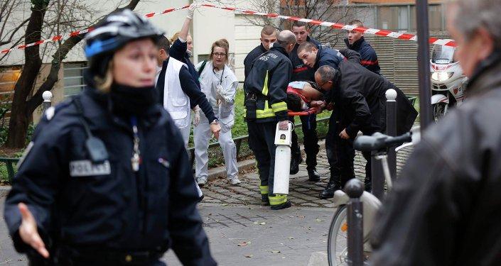 Полиция и спасатели на месте теракта в Париже