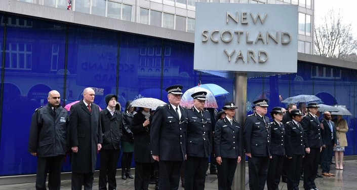 British police officers observe a two minute silence outside the Metropolitan Police headquarters, New Scotland Yard, in central London January 8, 2015. The silence was to show respect following an attack by hooded gunmen at the Paris offices of Charlie Hebdo magazine on Wednesday, in which 12 people died, including two police officers.