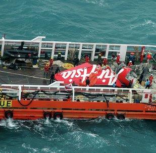 Cola del avión de AirAsia siniestrado en el mar de Java