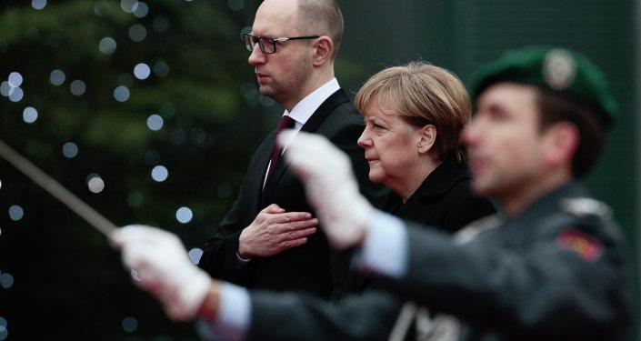 Primer ministro ucraniano, Arseni Yatseniuk y canciller de Alemania, Angela Merkel