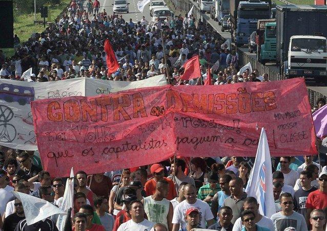 Trabajadores del sector del automóvil de Brasil se manifiestan contra los despidos masivos