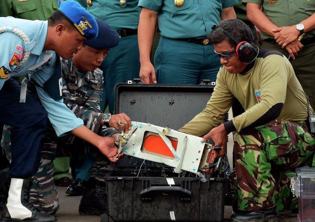 Recuperan el segundo registrador del avión siniestrado de AirAsia
