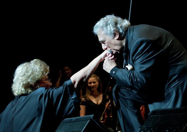 Tenor español Plácido Domingo beza la mano de mezzosprano rusa Elena Obraztsova, 12 de julio, 2009