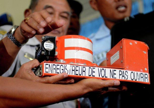 Especialistas indonesios comienzan a descifrar las cajas negras del avión de AirAsia