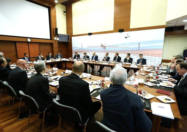 Dmitri Medvédev en una reunión con representantes de empresas rusos y internacionales