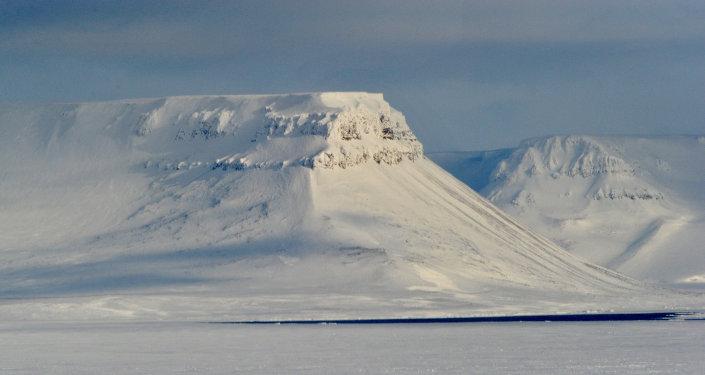 Paracaidistas y geógrafos rusos realizarán en 2015 una maniobra conjunta en el Ártico