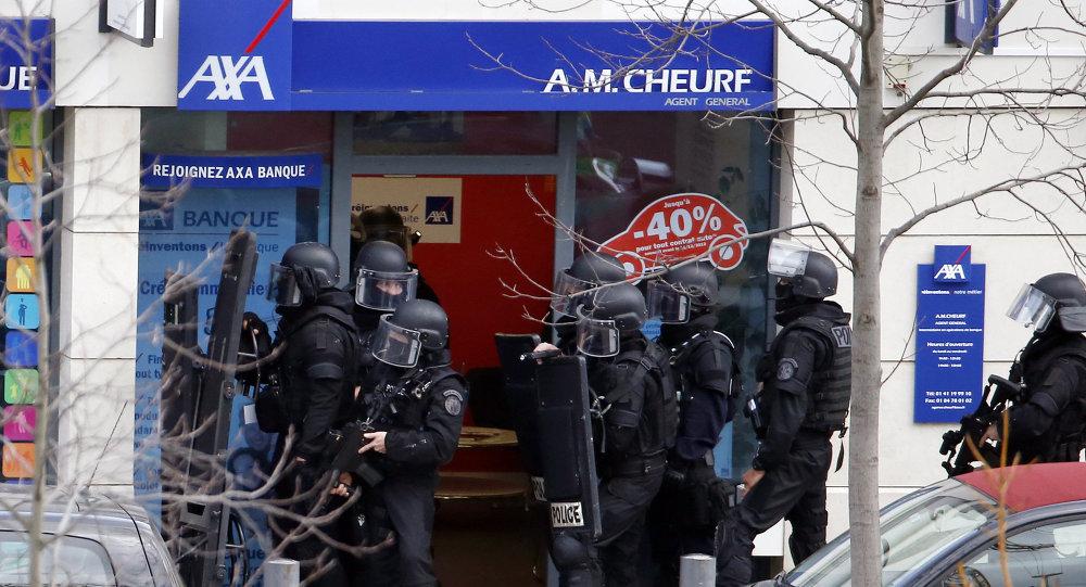 Un asaltante retiene a dos rehenes en una oficina de correos en las afueras de París