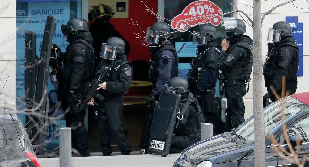 Miembros de las fuerzas especiales RAID franceses aseguran la zona próxima a la oficina de correos en Colombes