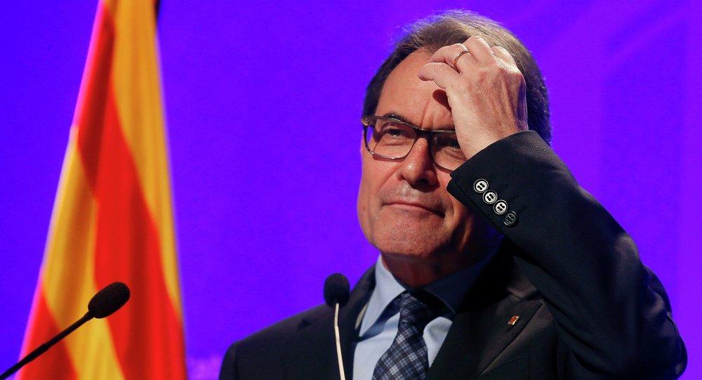 El presidente de Cataluña Artur Mas gesticula en el curso de una conferencia de prensa en Palau de la Generalitat en Barcelona Noviembre 11, 2014