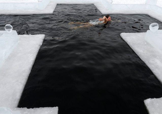 Más de 1,5 millones de rusos se bañan en agua helada para celebrar la Epifanía