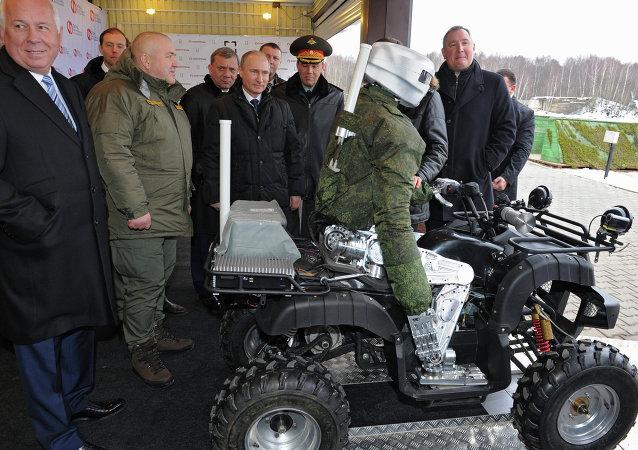 La empresa rusa TochMash presenta a Putin un robot avatar de combate