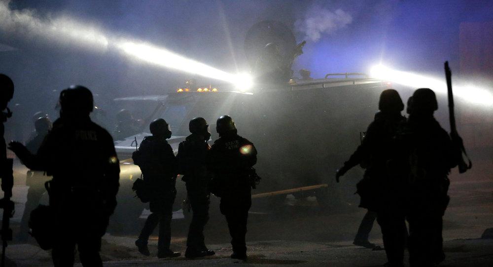 Policía en la marcha de protesta en Ferguson