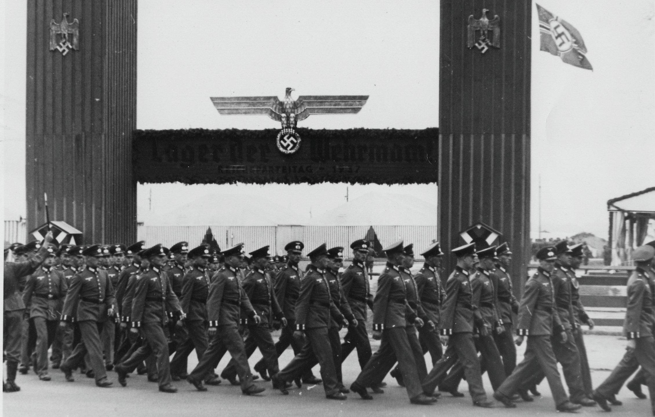 Soldados llegan a un campamento castrense en Núremberg