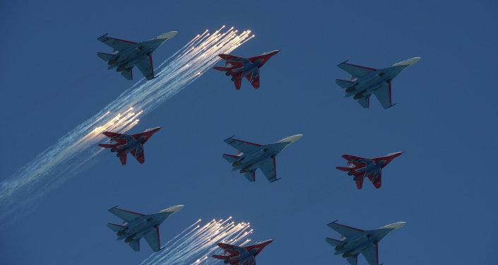 """Las escuadrillas de acrobacia aérea """"Strizhí"""" y """"Russkie Vítiazi"""" durante el desfile del Día de la Victoria en la Plaza Roja de Moscú"""