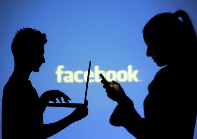 Personas usando Facebook (imagen referencial)