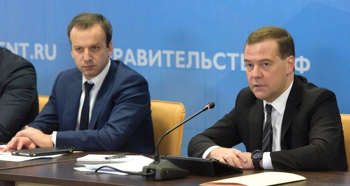 Dmitri Medvédev, primer ministro de Rusia (a la derecha)