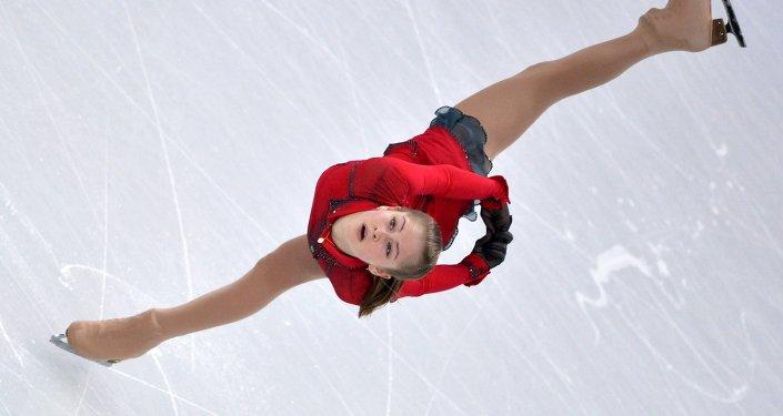 Юлия Липницкая (Россия) выступает в произвольной программе женского одиночного катания командных соревнований по фигурному катанию на XXII зимних Олимпийских играх в Сочи.