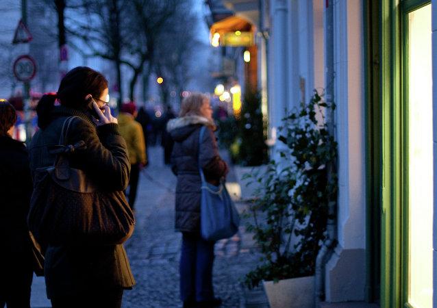 Una mujer habla por el móvil en Alemania
