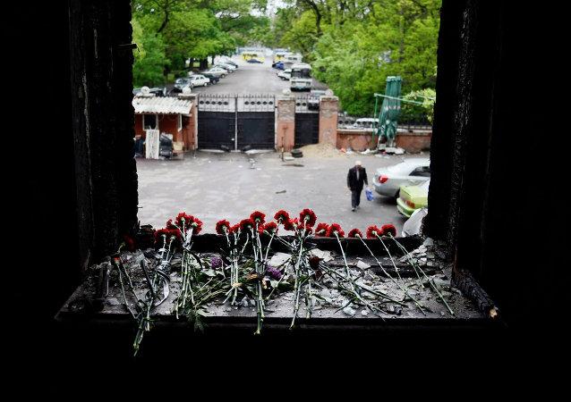 Flores en memoria de los quemados en la Casa de los Sindicatos de Odesa