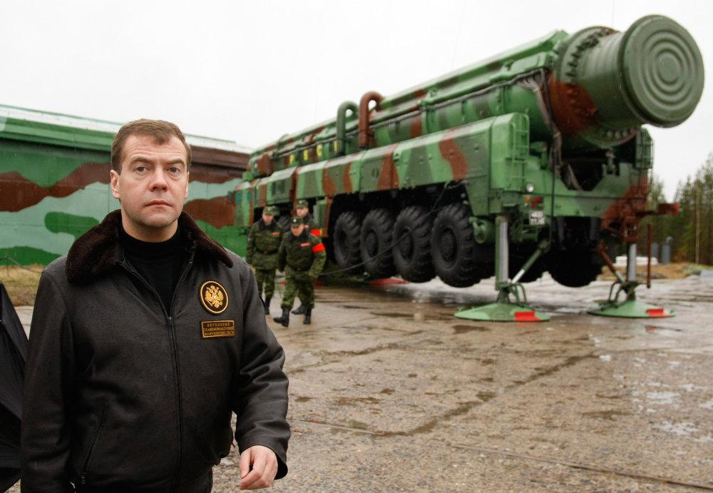 Президент России Дмитрий Медведев перед учебно-боевым пуском межконтинентальной баллистической ракеты РС-12М Тополь с космодрома Плесецк.