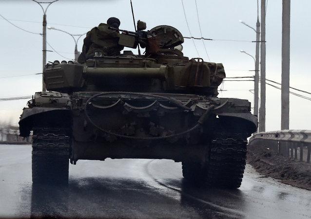 Tanque tanque en el centro de Donetsk