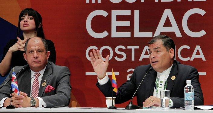 Rafael Correa, presidente de Ecuador (dcha.), en la III cumbre de la CELAC