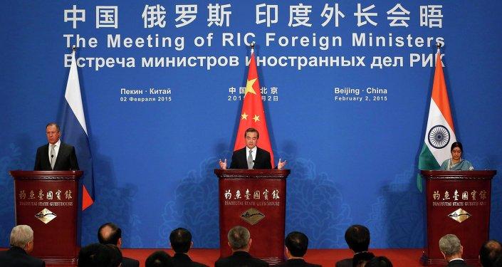 Ministros de Asuntos Exteriores de Rusia, China y India en Pekín