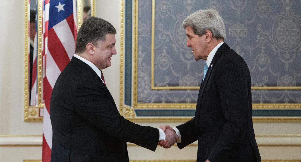 John Kerry (D), secretario de EEUU, y presidente de Ucrania Petró Poroshenko