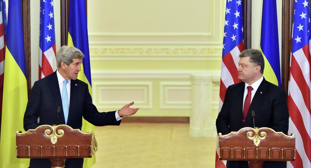 John Kerry y Petró Poroshenko durante la rueda de prensa en Kiev